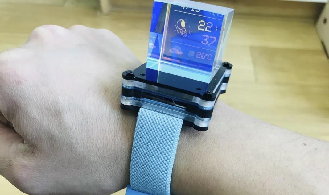 DFRobot创客社区热门项目esp32玩转彩屏   自制太空人主题的透明手表